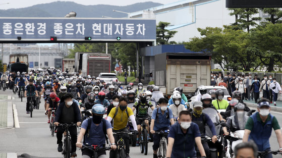 Unionized workers at Hyundai Motor get off from work on Thursday at the carmaker's Ulsan plant. [NEWS1]