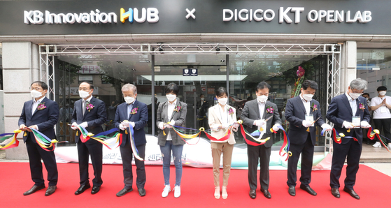Representatives of KT, KB Financial Group and Seoul National University attend a ceremony on Thursday celebrating the opening of a start-up incubating center in Gwanak District, southern Seoul. [KT]