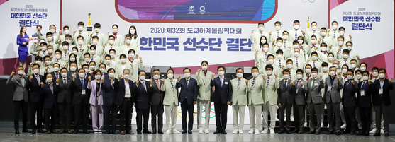 Korean Olympians attend a media event following the announcement of the final entry for the 2020 Tokyo Olympics at Olympic Park in Songpa District, southern Seoul, on Thursday. Korea will send 232 athletes and 122 officials competing in 29 out of 33 sports to Japan for the competition that will officially run from July 23 to Aug. 8. [NEWS1]