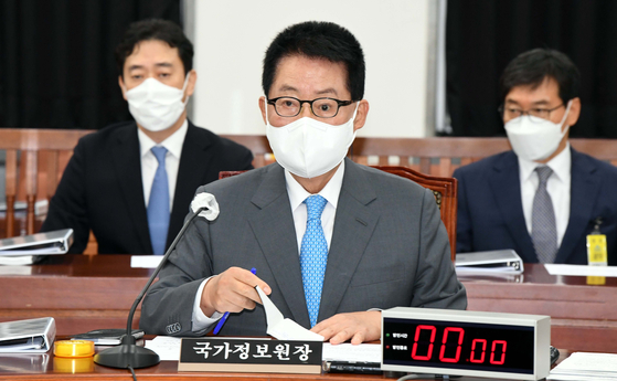 Director of the National Intelligence Service Park Jie-won briefs lawmakers from the National Assembly's intelligence committee on Thursday at the legislature in Yeouido, western Seoul. [NEWS1]