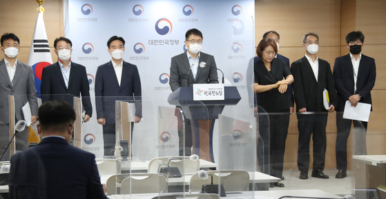 Jang Sang-yoon, a director at the Office for Government Policy Coordination, announces a new law aimed at cracking down on unsafe workplaces on Friday at the government complex in central Seoul. [YONHAP]