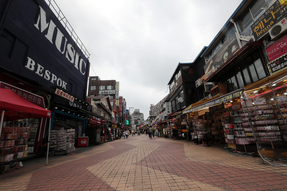 A street in Hongdae, one of the busiest entertainment districts in Seoul, is nearly empty on Sunday, as the greater Seoul area is set to adopt the strongest virus curbs amid a spike in cases tied to private gatherings and bars in Hongdae. [NEWS1]