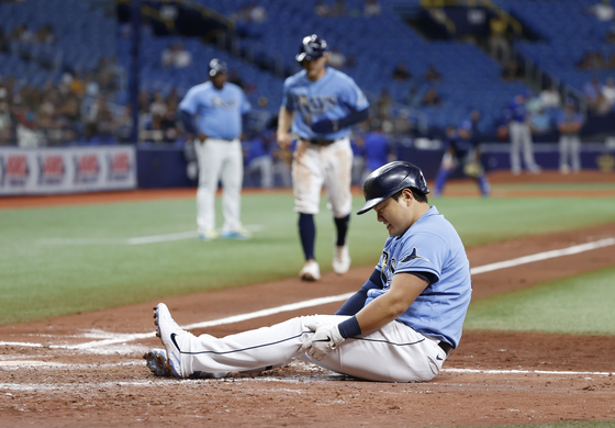 Tampa Bay Rays first baseman Choi Ji-Man reacts after being hit by a pitch with bases loaded, allowing shortstop Taylor Walls to score a run as Choi walked to first during the fourth inning against the Toronto Blue Jays at Tropicana Field in St. Petersburg, Florida. [USA TODAY/YONHAP]