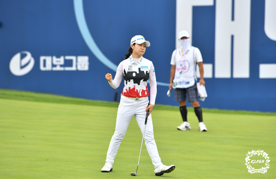 Park Min-ji reacts to her final putt on the par-4, 18th at the Daebo hausD Open at Seowon Valley Country Club in Paju, Gyeonggi on Sunday. [KLPGA]