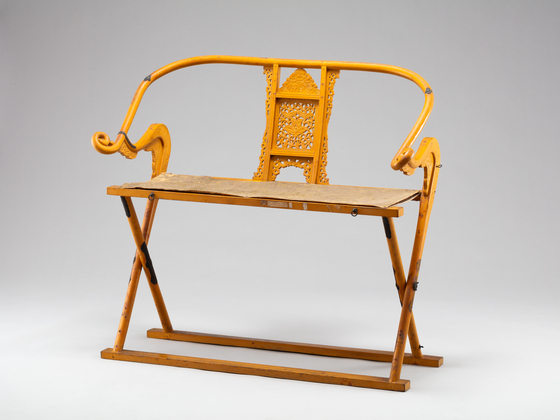 A chair for laying a spirit tablet with a peony design carved into it. [CULTURAL HERITAGE ADMINISTRATION]