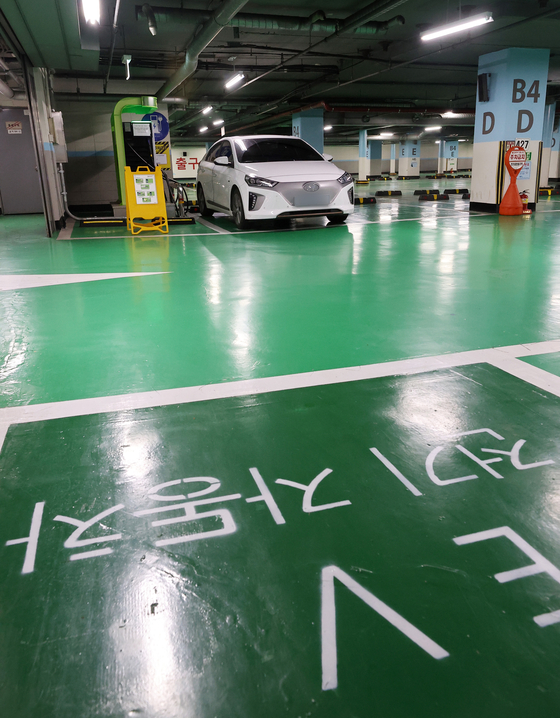 Fees for charging electric vehicles (EVs) in Korea will increase by 15 to 21 percent starting Monday as a special discount for EVs to encourage purchases gradually ends. Charging fees at 50-kilowatt chargers operated by the Korea Environment Corporation have increased from 255.7 won (22 cents) per kilowatt-hour to 292.9 won. [NEWS1]