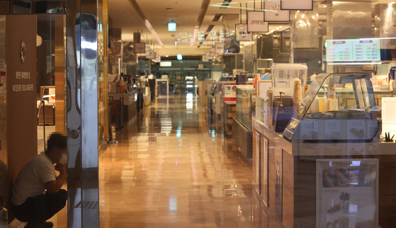 Lotte Department Store in Yeongdeungpo branch in western Seoul closed on Sunday after one employee tested positive for Covid-19. [YONHAP]