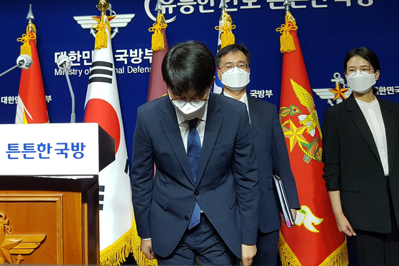 Vice Minister of Defense Park Jae-min bows on Friday to apologize after announcing the results of an investigation into a suicide of an Air Force officer after a sexual assault.  [YONHAP]