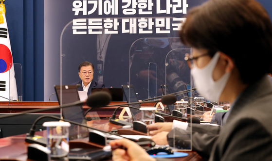 President Moon Jae-in speaks before a meeting to deal with the pandemic at the Blue House in May. Far right in the photo is Ki Mo-ran, presidential secretary for disease control and prevention affairs. [JOINT PRESS CORPS]
