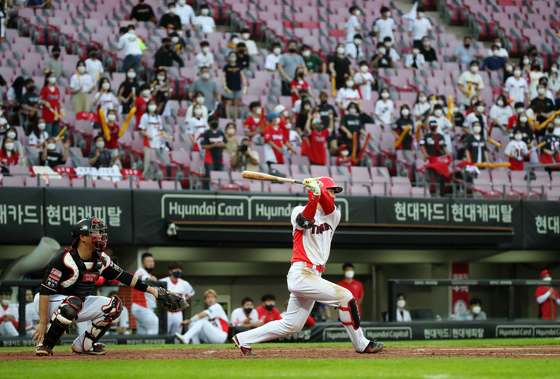 Choi Won-joon of the Kia Tigers hits a double at the bottom of the third inning in a game against the KT Wiz at Gwangju-Kia Champions Field in Gwangju on Friday. [YONHAP]