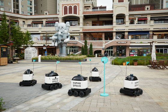 Baedal Minjok's Dilly Drive robots are tested in Gwanggyo Alleyway shopping complex in Suwon, Gyeonggi. [WOOWA BROTHERS]
