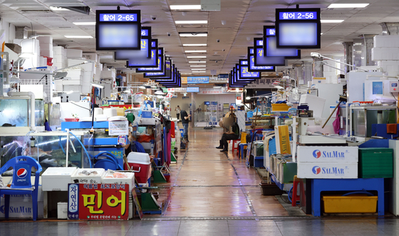 The Noryangjin Fisheries Wholesale Market in southern Seoul is empty on Monday afternoon after the government implemented stricter social distancing rules where a maximum of two people can meet after 6 p.m. until July 25. [YONHAP]