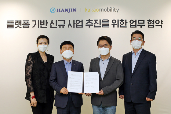 From left: Hanjin Transport senior vice president and head of the company's marketing division Cho Hyun-min, Hanjin Transport CEO Noh Sam-seok, Kakao Mobility CEO Ryu Gung-seon and Kakao Mobility Executive Director Ahn Kyu-jin pose for a photo after signing a memorandum of understanding. [KAKAO MOBILITY]