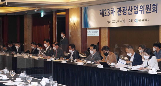 Woo Kee-hong, Korean Air Lines President, speaks at a tourism meeting hosted by the Korea Chamber of Commerce and Industry in central Seoul on Tuesday. [KCCI]