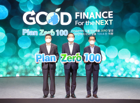 From left, Woori Bank CEO Kwon Kwang-seok, Woori Financial Group Chairman Son Tae-seung, and Woori Card CEO Kim Jeong-ki pose for a photo while meeting for a group workshop last week where they decided on the group's mid to long term Plan Zero 100. [WOORI FINANCIAL GROUP]