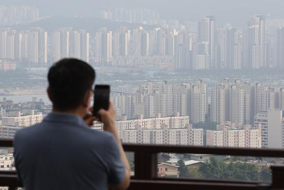 A bird's-eye view of apartments in Seocho, southern Seoul. [YONHAP]