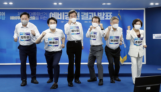 Six politicians who passed the elimination round of the Democratic Party's presidential primary pose on Sunday. From left: Kim Doo-kwan, Park Yong-jin, Lee Nak-yon, Chung Sye-kyun, Lee Jae-myung and Choo Mi-ae.  [YONHAP]