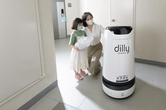 A Dilly Tower robot delivers food to models at an apartment building in Yeongdeungpo District, western Seoul. [WOOWA BROTHERS]