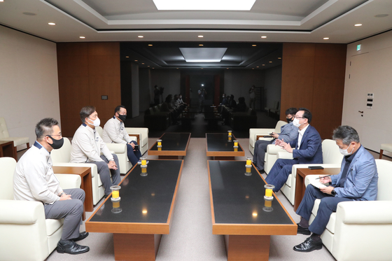 Ulsan Mayor Song Cheol-ho, right center, asks Hyundai Motor CEO Ha Eon-tae, left center, to come to a swift agreement on a wage deal with the company's unionized workers on Tuesday. Hyundai Motor's labor union, which was granted with the approval to stage a strike from the National Labor Relations Commission, decided Tuesday to wait until July 20 to hold additional talks with the management. [YONHAP]