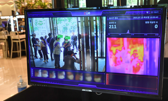 A thermal camera takes customers' temperatures at Hyundai Department Store's branch at Coex in Gangnam District, southern Seoul. The department store branch reopened Tuesday after temporarily closing on June 6 due to a cluster of Covid-19 infections reported from people working at the venue. [YONHAP]