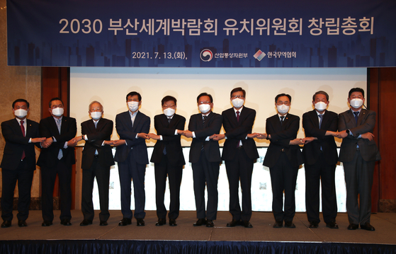 Prime Minister Kim Boo-kyum, fifth from right, and the new head of the Busan Expo bid committee Kim Young-ju, fifth from left, and other attendees pose during a ceremony introducing the non-profit committee at Lotte Hotel in Seoul on Tuesday. [YONHAP]