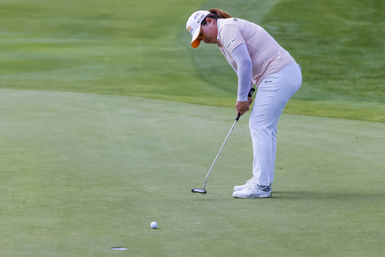 Park In-bee putts on the fourth hole during the third round of the Marathon LPGA Classic at the Highland Meadows Golf Club in Sylvania, Ohio on July 10, 2021. [EPA/ YONHAP]