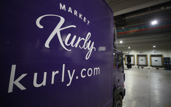 A delivery truck parked at Kurly's warehouse at Jangji-dong, Songpa District in southern Seoul in May 2020. [YONHAP]