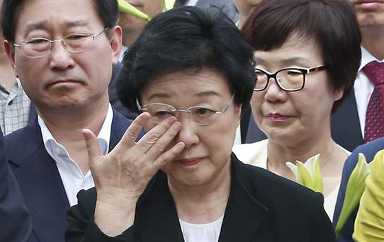 In this file photo, former Prime Minister Han Myeong-sook, center, sheds tears after meeting with her supporters on Aug. 24, 2015 after the Supreme Court upheld her conviction of illegal political fund receiving and a two-year prison term. Justice Minister Park Beom-kye, then a lawmaker, is seen on Han's left.  [YONHAP]