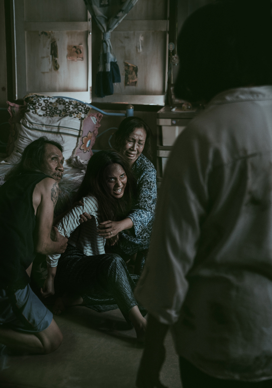 Mink (played by Narilya Gulmongkolpech),who is Nim's niece, is possessed by a number of evil spirits. [SHOWBOX]