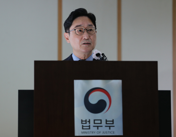 Justice Minister Park Beom-kye announces Wednesday the outcome of an internal probe into prosecutors' alleged law-breaking during a 2010 investigation into former Prime Minister Han Myeong-sook's bribery scandal.  [NEWS1]