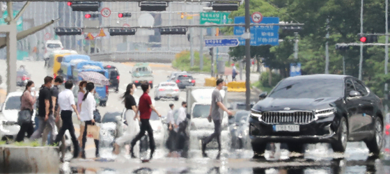 A heat haze shimmers in Yeouido, western Seoul, on Wednesday, as a heat wave prevails across the nation. [YONHAP]