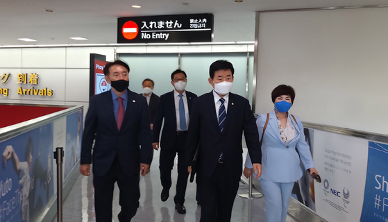 Korean lawmakers from the Korea-Japan Parliamentarians' Association led by Democratic Party Rep. Kim Jin-pyo arrive at Narita Airport in Tokyo Wednesday afternoon for a two-day trip to meet with their Japanese counterparts. [YONHAP]