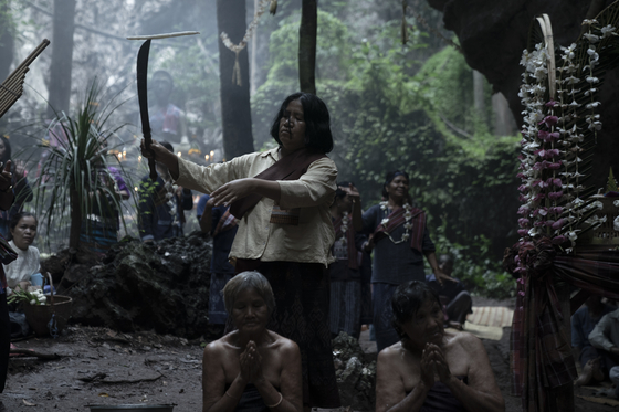 The town shaman, Nim (played by Sawanee Utoomma), performs a ritual to resolve the worries of the townspeople. [SHOWBOX]