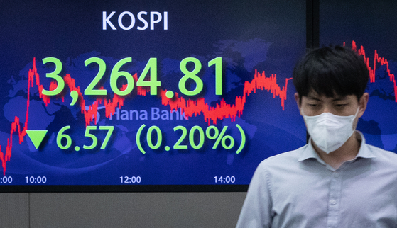 A screen in Hana Bank's trading room in central Seoul shows the Kospi closing at 3,264.81 points on Wednesday, down 6.57 points, or 0.2 percent, from the previous trading day. [NEWS1]