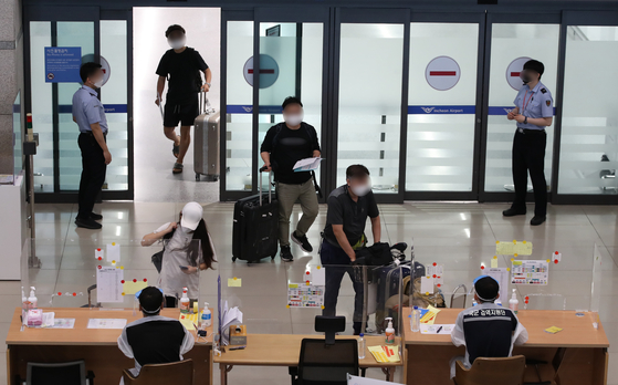 People entering Incheon International Airport's arrival hall on Wednesday. [YONHAP]