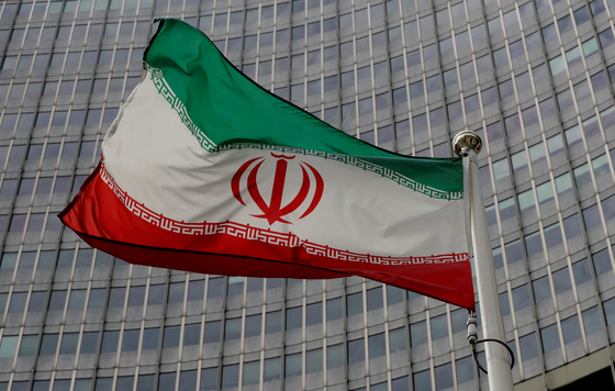 An Iranian flag flutters in front of the International Atomic Energy Agency (IAEA) headquarters in Vienna, Austria, Sept. 9, 2019. [REUTERS/LEOHARD FOEGER/YONHAP]