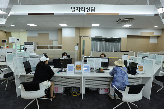 Job seekers visit a job center in Seoul on Wednesday. Jobs rose in Korea in June compared to a year earlier, but a fourth wave of Covid infections could threaten the economic recovery. [YONHAP]
