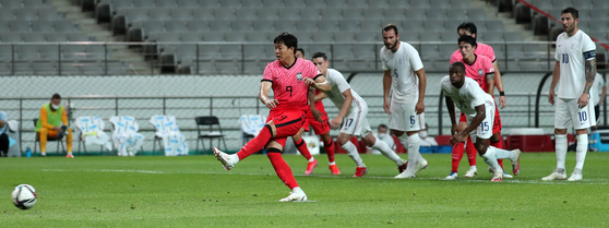 Kwon Chang-hoon scores a penalty for Korea in a 2-1 loss to France at Seoul World Cup Stadium in western Seoul on Friday. [NEWS1]