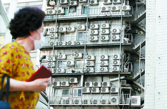 Air conditioners cooling units in a building in Seoul on Sunday. The rising temperature has driven many people to turn on their air conditioners, resulting in drops in power reserves. [NEWS1]