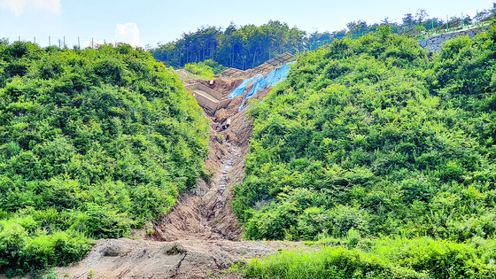 The site where the solar panel power plant collapsed last year, has not been repaired, though rainy season has begun in Korea.  [KANG JOO-AN]