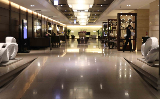 The empty lobby at the Seoul Royal Hotel in Myeong-dong. The number of visitors to hotels and amusement parks has dropped significantly since Covid-19 social-distancing restrictions were upped. [KIM SANG-SEON]