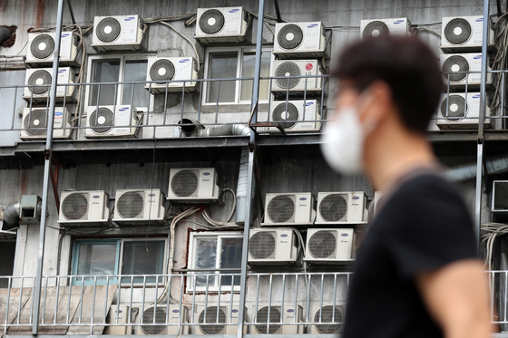 Air conditioners are seen on a building in Seoul Monday as the Ministry of Trade, Industry and Energy predicted that power reserves will drop to 4.2 percent this week, the lowest level since the summer of 2013. [NEWS1]