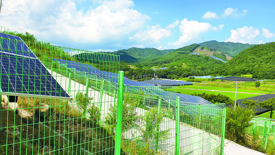Solar panel power plants on July 2 in Jangsu, North Jeolla, where some collapsed last year due to heavy rainfall. [KANG JOO-AN]