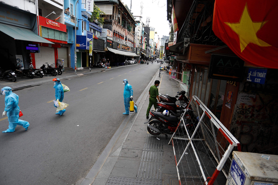 Medical workers collecting test samples from residents in Ho Chi Minh City on July 9, the first day of a two-week lockdown to prevent the spread of Covid-19. [HUU KHOA/AFP/YONHAP]