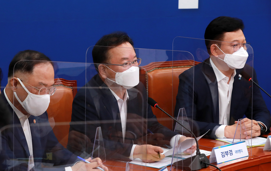From left, Finance Minister Hong Nam-ki, Prime Minister Kim Boo-kyum and DP leader Song Young-gil at the National Assembly on Monday. [YONHAP]