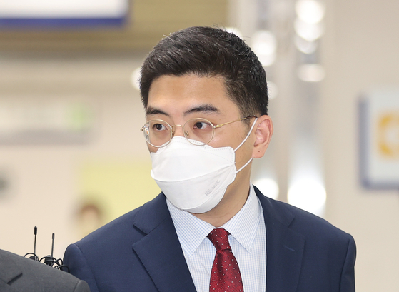 Lee Dong-jae, a former reporter for Channel A, enters a courtroom in Seoul Central District Court to hear a verdict on Friday. The court acquitted Lee of extortion.  [YONHAP]