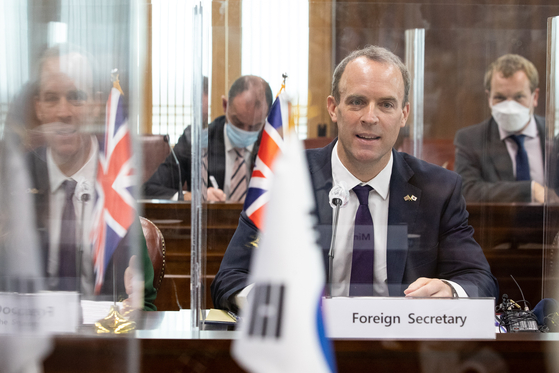 British Foreign Secretary Dominic Raab in a meeting at the headquarters of Korea's Foreign Ministry in central Seoul on Sept. 29, 2020. [NEWS1]
