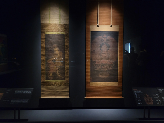 """""""Water-Moon Avalokiteshvara""""(14th century), left, and """"Thousand-Armed Avalokiteshvara""""(14th century), right, from Goryeo Dynasty are now on view at the National Museum of Korea as part of the two-month exhibition """"A Great Cultural Legacy: Masterpieces from the Bequest of the Late Samsung Chairman Lee Kun-hee."""" [MOON SO-YOUNG]"""