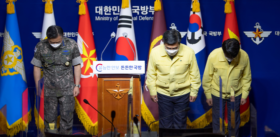 Defense Minister Suh Wook, center, bows in apology for the Covid-19 outbreak aboard the Munmu the Great destroyer at a press briefing at the Defense Ministry in Yongsan District, central Seoul on Tuesday. [NEWS1]