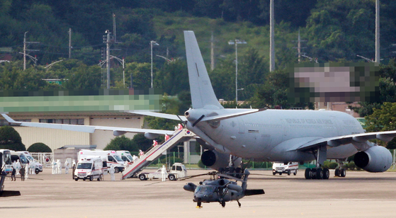 Navy crewmembers from the Munmu the Great destroyer disembark on Tuesday afternoon from one of two KC-330 Cygnus multipurpose tanker airplanes which airlifted them back to Korea. [YONHAP]
